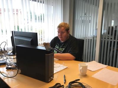 Praktikant Kenneth ved computer hos ITXpress